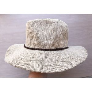 Women's hat with brown trim